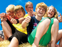 Gruppe glücklicher Kinder (12-15 Jahre)