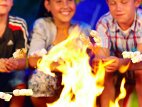 Kinder am Lagerfeuer