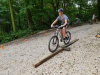 Junge-Fahrrad-Parcour