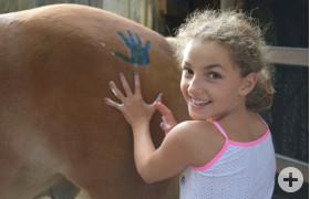 Mädchen-Handabdruck auf Pferd