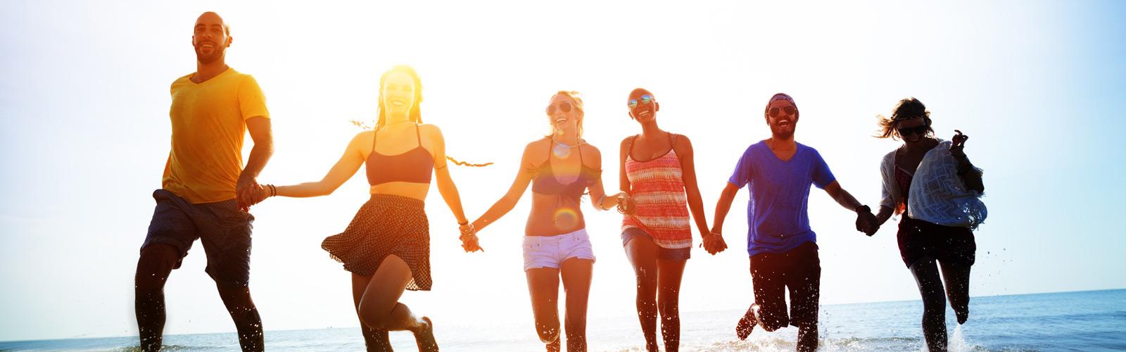 Freunde rennen am Strand